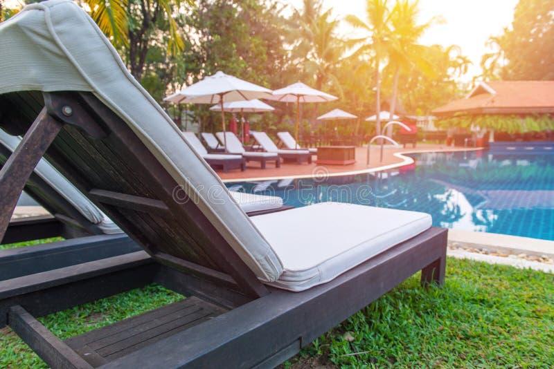 mettez le lit en commun près de la piscine dans la station de vacances tropicale photographie stock