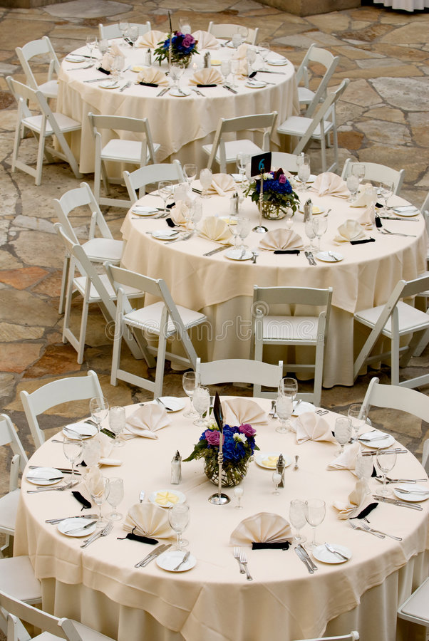 Mettez les tables pour un événement image stock
