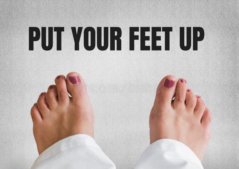 Mettez vos pieds vers le haut de texte et de fond en pierre de pied et gris nu photos stock
