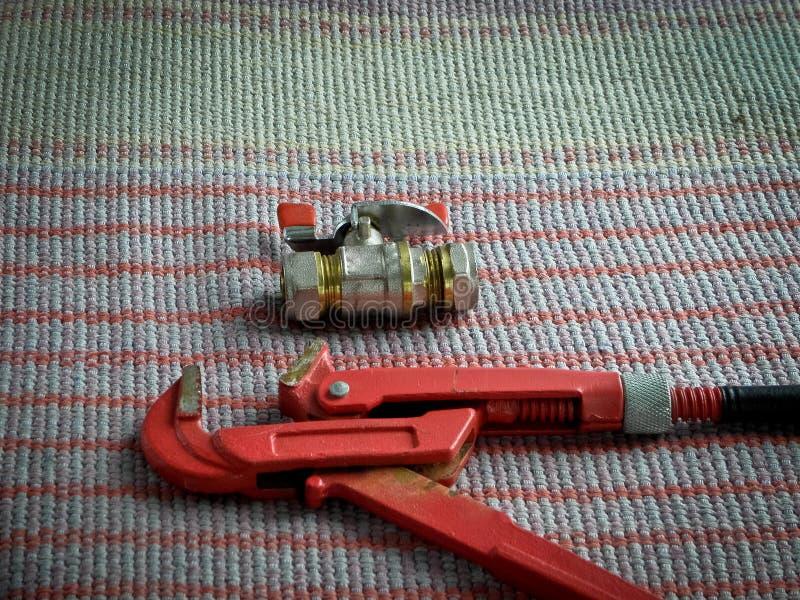Mettre d'aplomb les outils, la clé à tube et le robinet photographie stock libre de droits