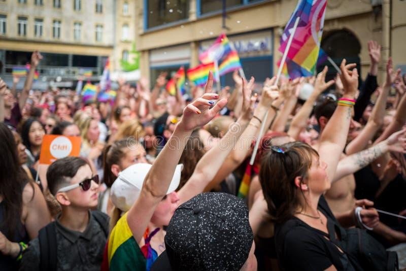 Metz Frankrike - Juni 17: Det oidentifierade folket firar på den glade stoltheten ståtar på Juni 17, 2017 i Metz, Frankrike fotografering för bildbyråer