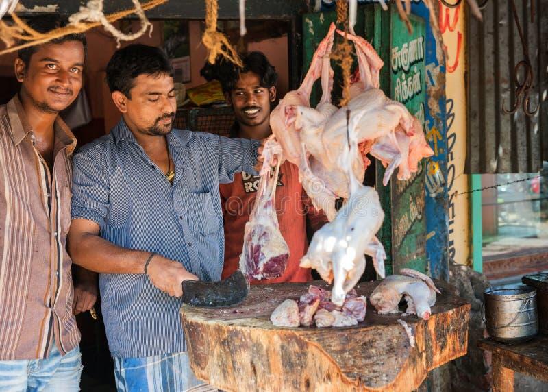 Metzger in Vellore, das ihren Handel perfoming ist. stockbild