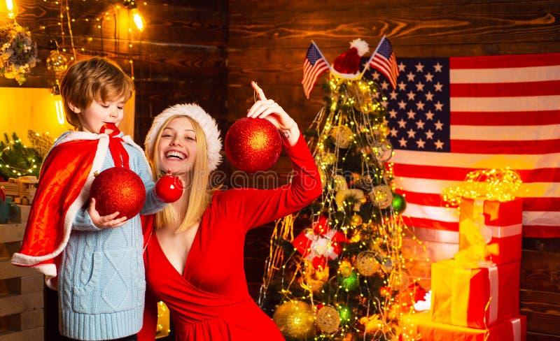 Meu caro bebê Santa Fam?lia amig?vel ador?vel do menino da m?e e da crian?a pequena que tem o divertimento Família que tem o Nata fotografia de stock royalty free