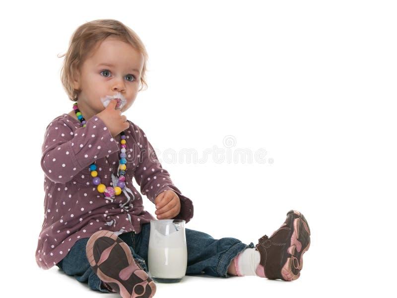 Meu dedo é mais saboroso do que o leite! fotografia de stock