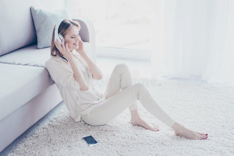 Meu humor depende da música! Wo bonito descuidado relaxado encantador fotos de stock