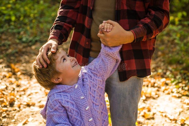 Meu pai é meu mundo Apoio parental Criança da ajuda para explorar o mundo Mão da posse do paizinho do rapaz pequeno Educação viri fotos de stock