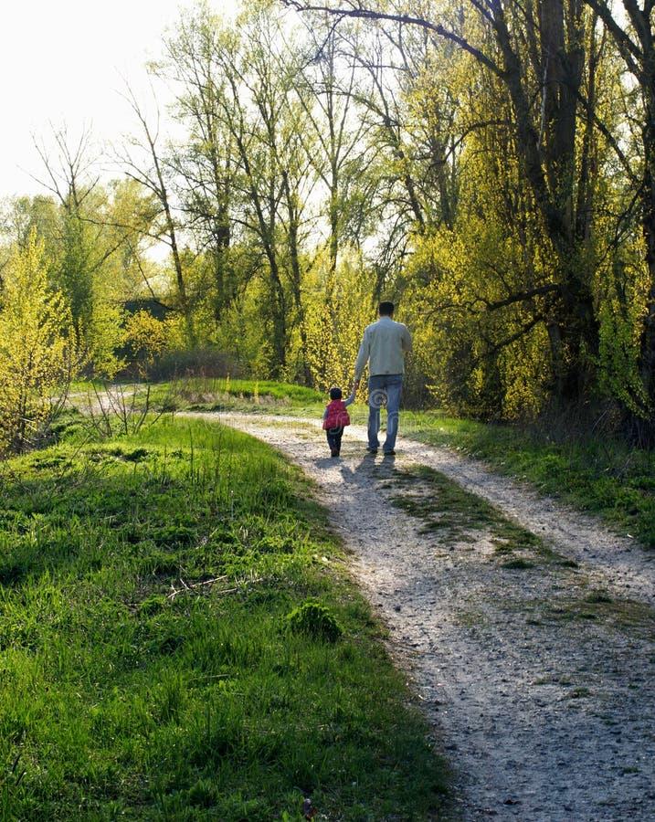 Meu paizinho O pai e a filha andam abaixo do trajeto imagens de stock royalty free