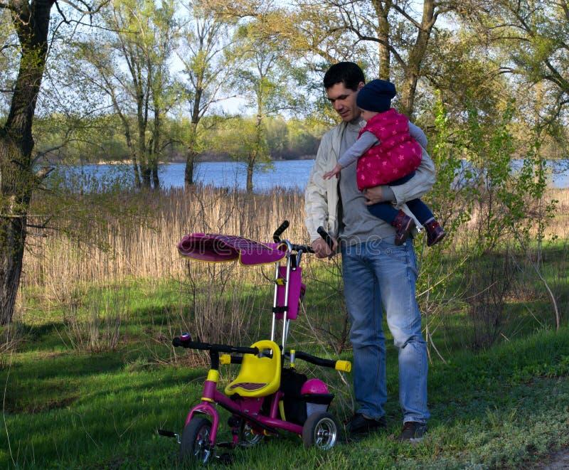 Meu paizinho Pai e filha com uma bicicleta foto de stock royalty free