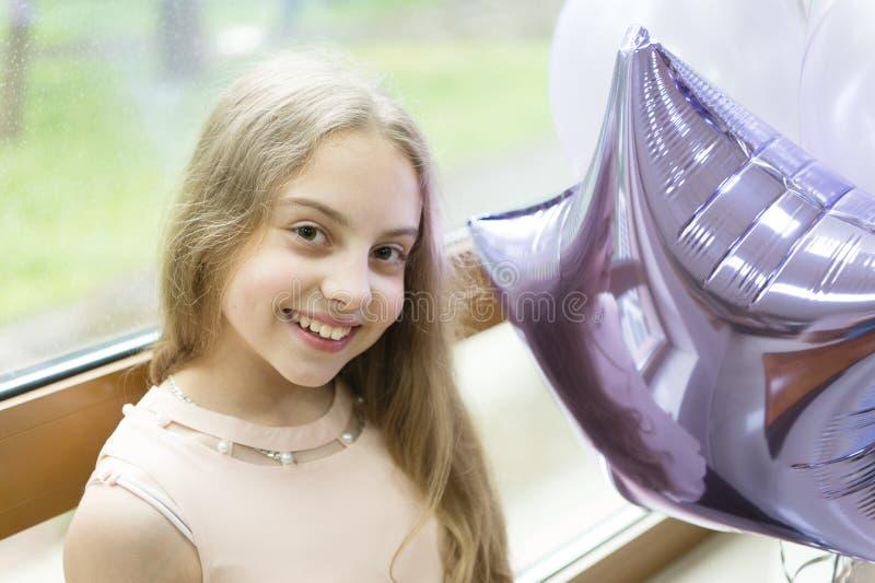 Meu tempo do aniversário veio Menina bonito feliz que comemora o aniversário com balões de ar Crian?a pequena ador?vel que apreci imagens de stock