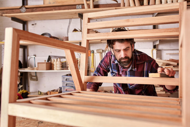 Meubilair bedrijfseigenaar en ontwerper aan het werk in studio stock foto's