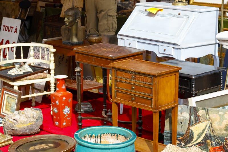 Meubilair en binnenlands meubilair in vlooienmarkten stock fotografie