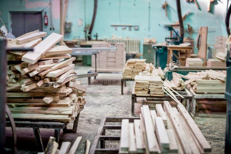 Meubilair industriële fabriek met houtopslag stock afbeeldingen