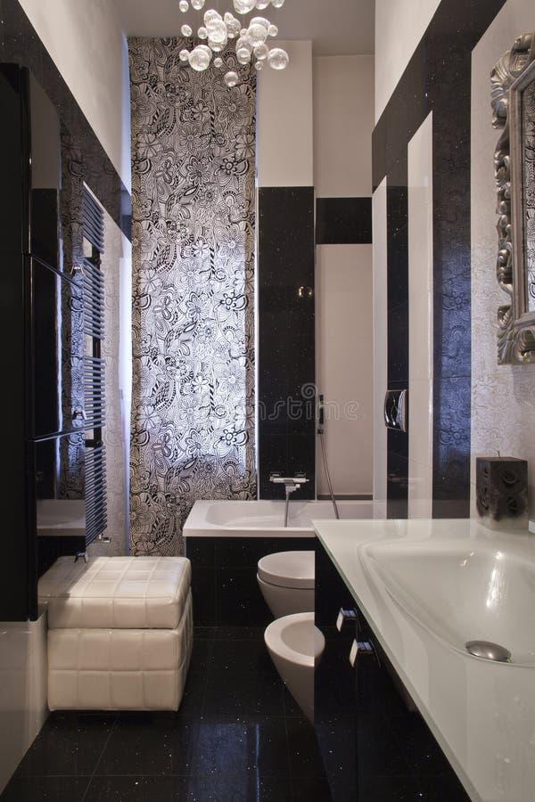 Meubilair van de badkamers in een modern huis stock afbeelding
