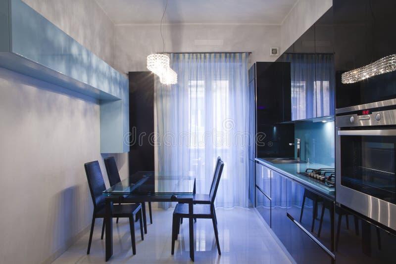 Meubilair van de keuken in een modern huis stock foto's