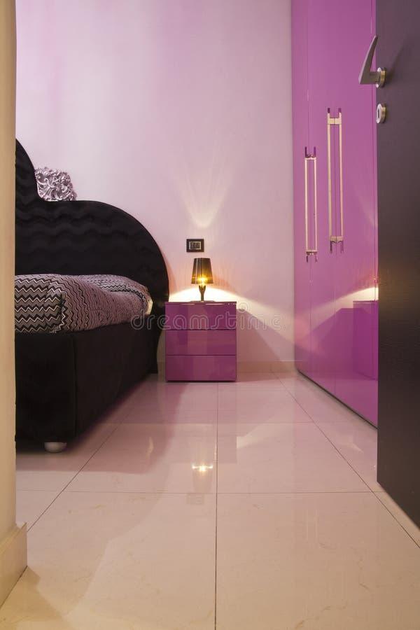 Meubilair van de slaapkamer in een modern huis stock fotografie