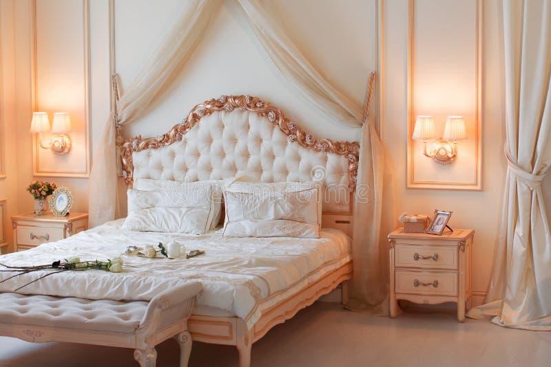 Meubilair voor een slaapkamer in gevoelige kleuren stock foto