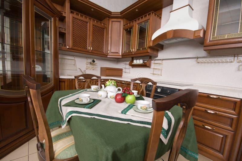 Meubles à la maison de cuisine. images libres de droits