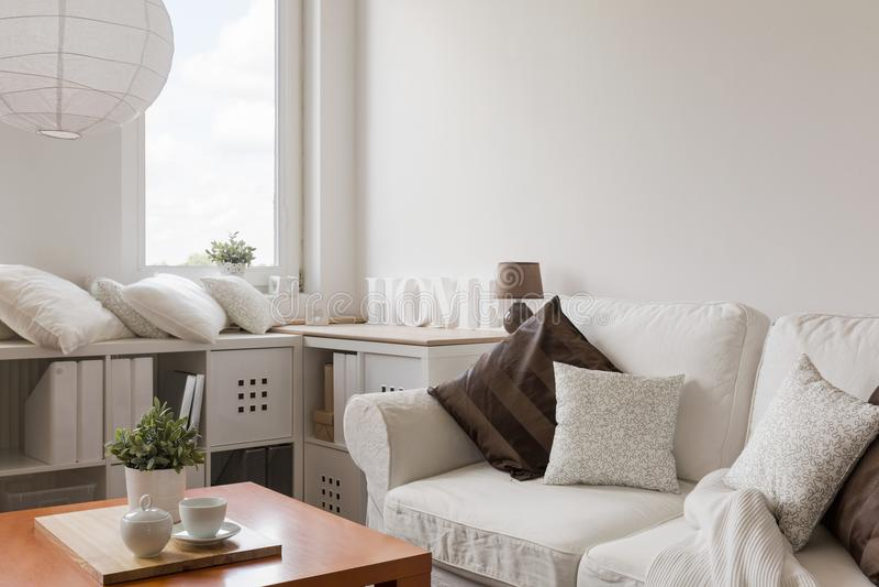 Meubles blancs dans le salon contemporain photos libres de droits