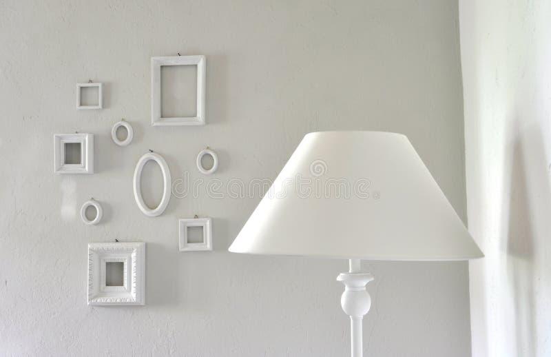 Meubles blancs dans une salle moderne photo stock