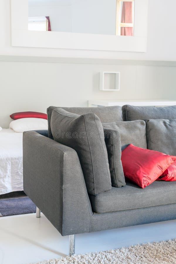 Meubles confortables d'appartements modernes : un sofa avec des oreillers images stock