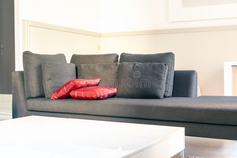 Meubles confortables d'appartements modernes : un sofa avec des oreillers photo stock