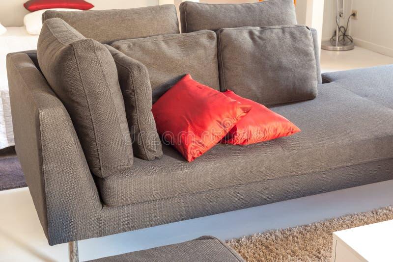 Meubles confortables d'appartements modernes : un sofa avec des oreillers images libres de droits