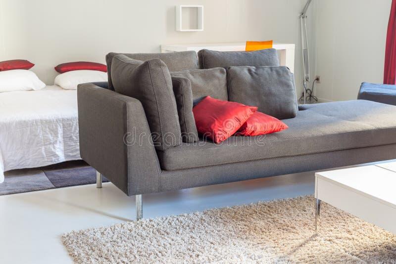 Meubles confortables d'appartements modernes : un sofa avec des oreillers photos libres de droits