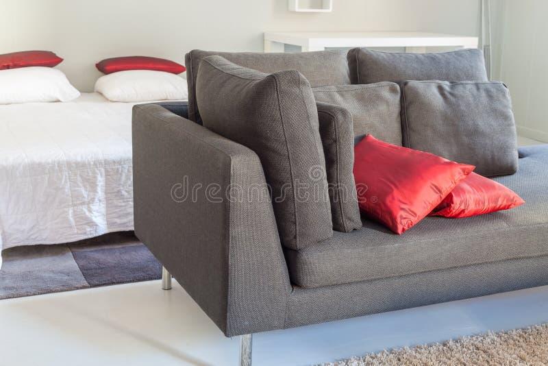 Meubles confortables d'appartements modernes : un sofa avec des oreillers photos stock