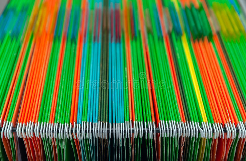 Meubles d'archivage remplis de dossiers de plusieurs couleurs Dossiers accrochants colorés de fond abstrait dans le tiroir photos stock