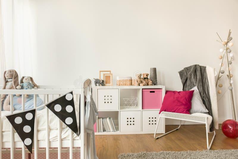 Meubles de bébé dans la chambre de la fille images stock