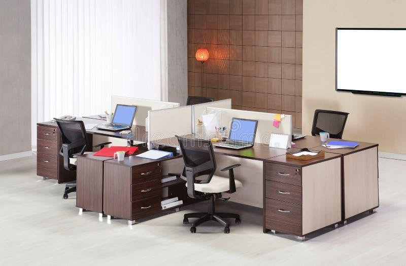 Meubles de bureau sur un fond blanc photographie stock libre de droits