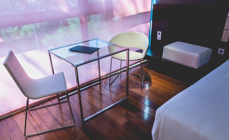 Meubles de concepteur dans une chambre d'hôtel de luxe image libre de droits