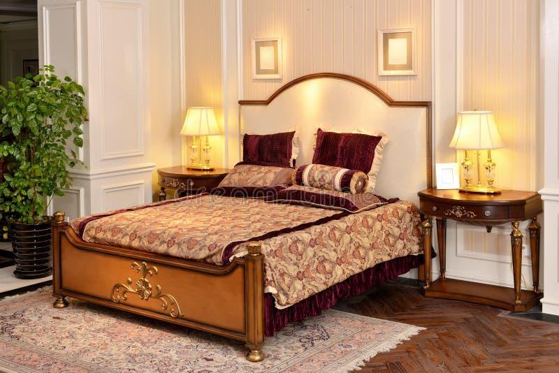 Meubles de pièce de chambre à coucher dans la maison de luxe images libres de droits