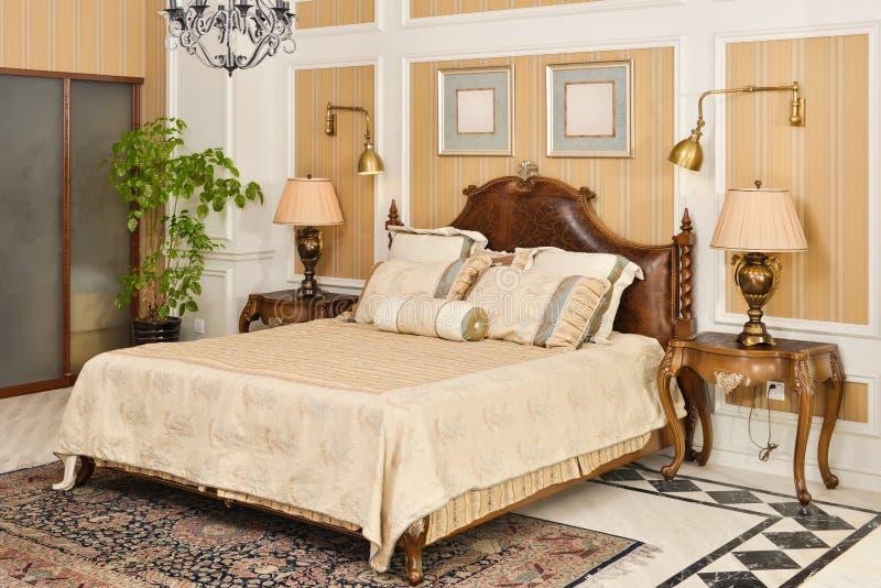 Meubles de pièce de chambre à coucher dans la maison de luxe photo stock
