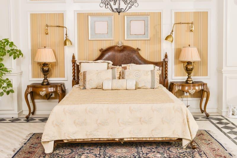 Meubles de pièce de chambre à coucher dans la maison de luxe images stock
