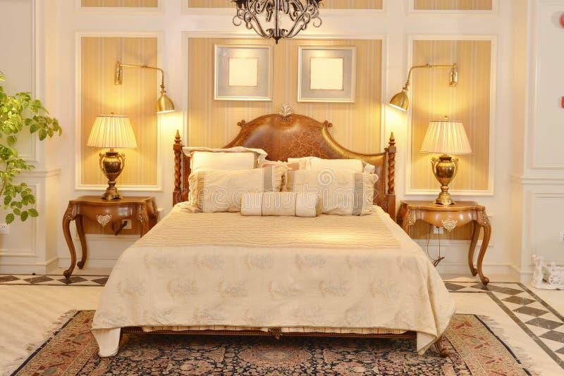 Meubles de pièce de chambre à coucher dans la maison de luxe photo libre de droits