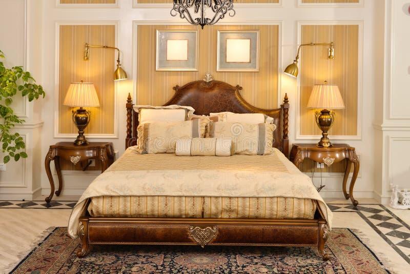 Meubles de pièce de chambre à coucher dans la maison de luxe photographie stock libre de droits