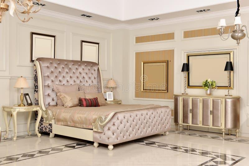 Meubles de pièce de chambre à coucher dans la maison de luxe photographie stock