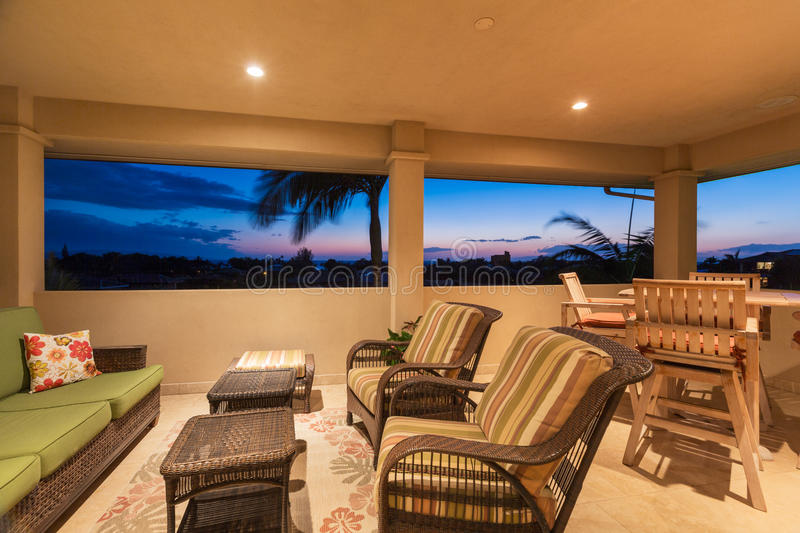 Meubles de plate-forme et de patio au coucher du soleil images stock