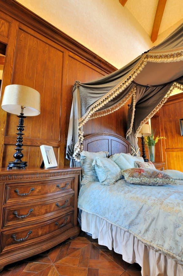 Meubles en bois et chambre à coucher décorée photo libre de droits