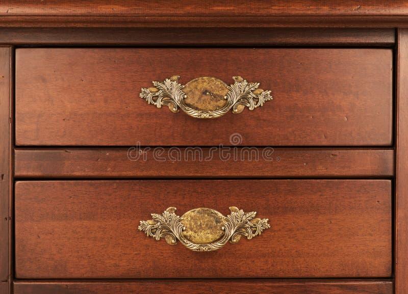 Meubles en bois Petit groupe des tiroirs fermés avec le handl en laiton fleuri image libre de droits