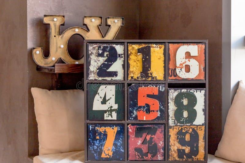 Meubles en bois peu communs article intérieur à la mode pour la conception à la maison créative joie en bois d'inscription vieux  images libres de droits
