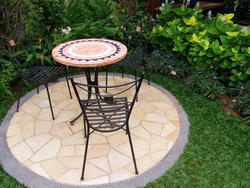 Meubles extérieurs de patio de jardin photographie stock libre de droits