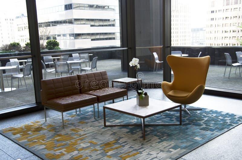 Meubles modernes de lobby d'immeuble de bureaux images libres de droits