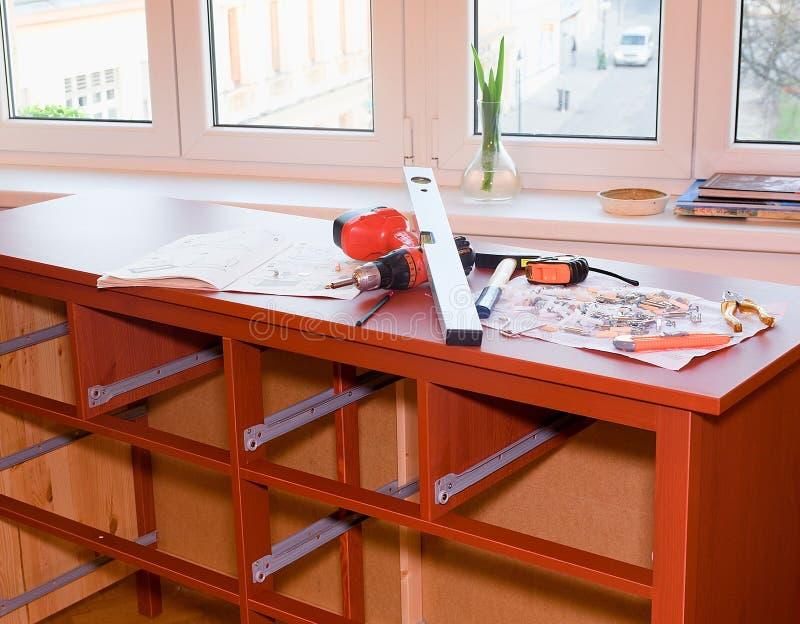 Meubles se réunissants Coffre se réunissant de raboteuse de tiroirs Ensemble d'outils et d'attaches pour se réunir de meubles image libre de droits