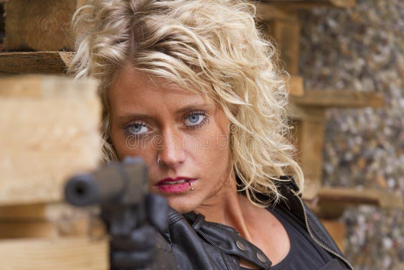 Meuchelmörder mit einer Schalldämpferpistole stockfoto