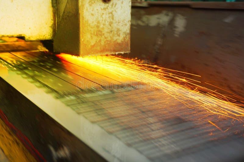 Meulage du métal sur une machine-outil plate avec le refroidissement par l'eau Industrie métallurgique Photo avec la teinte photos libres de droits