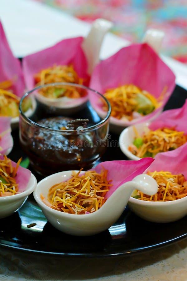 ` Meung Kum kleeb Bua ` Thailand maakt het traditionele voorgerecht door Geroosterde kokosnotenmengeling met vele het Thaise krui royalty-vrije stock foto