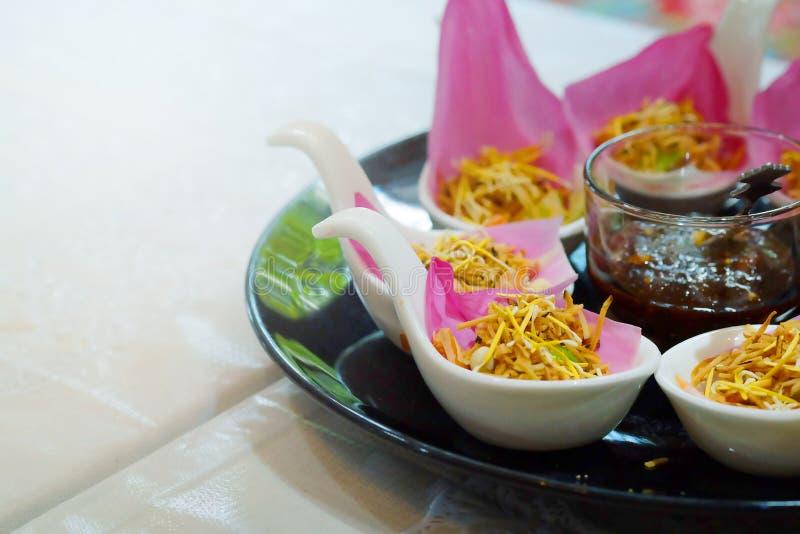 ` Meung Kum kleeb Bua ` Thailand maakt het traditionele voorgerecht door Geroosterde kokosnotenmengeling met vele het Thaise krui royalty-vrije stock fotografie