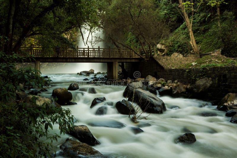 Meurent le shui il des chutes de riber dans Yunnan photo stock